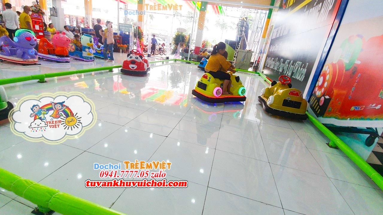Khu đua xe điện đụng được SETUP trong khu vui chơi trẻ em trong nhà.