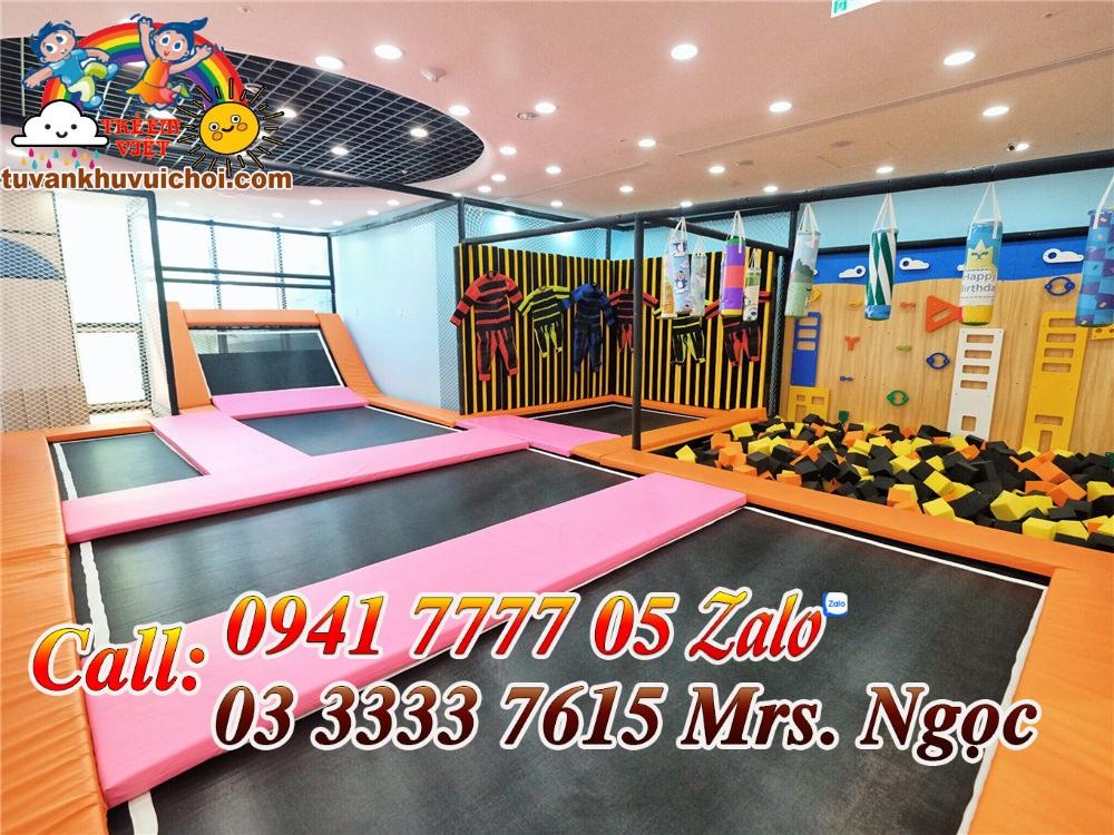 Khu vận động dành cho các em bé tăng động, sàn nhún nhảy, hồ xốp đa màu sắc, tường leo núi và tường dính con ong.